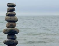 Pilha de pedras na costa de um lago Fotografia de Stock Royalty Free