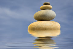 Pilha de pedras redondas - conceito do zen e da saúde Imagem de Stock