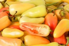 Pilha de pimentas amarelas, vermelhas e verdes do Chile. Fotos de Stock