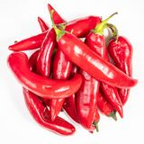 Pilha de pimentos de pimentão vermelho quentes frescos no branco fotos de stock royalty free