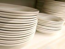 Pilha de placas e de bacias lisas brancas limpas novas na prateleira fotografia de stock royalty free