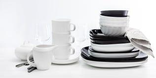 Pilha de placas e de canecas preto e branco imagem de stock royalty free