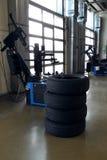 Pilha de pneu do inverno da roda de carro quatro perto de máquina apropriada do pneu Imagens de Stock Royalty Free