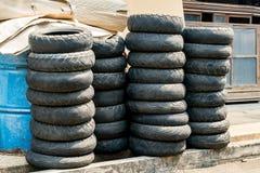 Pilha de pneumático velho Fotografia de Stock Royalty Free