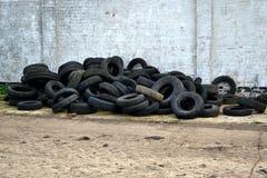 Pilha de pneumáticos fracos Fotografia de Stock