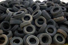 Pilha de pneus autombile usados velhos fotos de stock