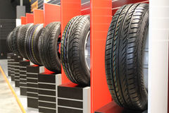 Pilha de pneus de carro continentais fotografia de stock
