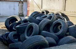 Pilha de pneus e das rodas velhos para a reciclagem de borracha fotos de stock royalty free