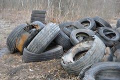 Pilha de pneus e das rodas velhos para a reciclagem de borracha fotos de stock