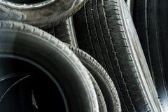 Pilha de pneus usados imagens de stock royalty free