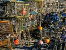 Pilha de potenciômetros da lagosta e de caranguejo, cordas e Bouys em pescar o cais foto de stock royalty free