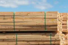 Pilha de pranchas de madeira contra o céu azul Imagens de Stock