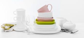 Pilha de pratos e de copos quadrados coloridos Fotografia de Stock Royalty Free