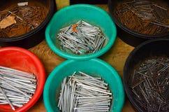 Pilha de pregos velhos e novos do ferro Fotografia de Stock Royalty Free