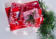 Pilha de presentes agradavelmente embalados do Natal no fundo branco Fotografia de Stock Royalty Free