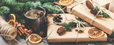 Pilha de presentes do Natal e de ascendente próximo da xícara de café Foto de Stock Royalty Free