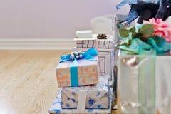 Pilha de presentes e de presentes coloridos, envolvidos Imagem de Stock Royalty Free