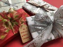 Pilha de presentes envolvidos luxuosos do Natal em um fundo vermelho imagem de stock royalty free