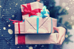 Pilha de presentes por feriados do Natal Imagens de Stock Royalty Free