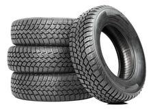Pilha de quatro pneus do inverno da roda de carro isolados