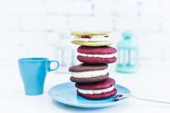 Pilha de quatro tortas do whoopie ou de tortas da lua com copo e colher Imagens de Stock Royalty Free