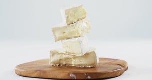 Pilha de queijo na placa de madeira vídeos de arquivo