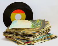 Pilha de 45 registros de vinil do RPM fotografia de stock royalty free