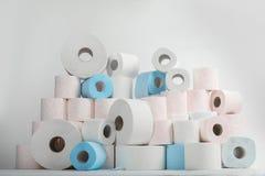 Pilha de rolos do papel higiénico fotografia de stock royalty free
