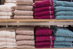 Pilha de roupa colorida na loja foto de stock royalty free