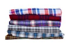 Pilha de roupa quadriculado colorido do inverno isolada no fundo branco foto de stock