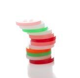 Pilha de símbolos redondos plásticos, no fundo branco Imagem de Stock