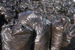 Pilha de sacos de lixo pretos foto de stock