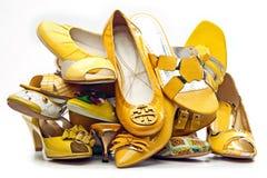 Pilha de sapatas amarelas fêmeas Fotografia de Stock Royalty Free