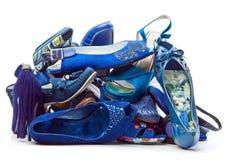 Pilha de sapatas azuis fêmeas Fotos de Stock