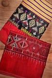 Pilha de sarongues coloridos tradicionais muito velhos no assoalho de madeira, Tailândia Imagens de Stock Royalty Free