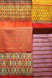 Pilha de sarongues coloridos tradicionais na loja, Tailândia Foto de Stock