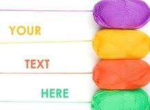 Pilha de skeins do fio em cores amarelas, alaranjadas, verdes, roxas Imagens de Stock