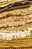 Pilha de tapetes prestigiosos, feitos a mão na venda em um marcador Fotografia de Stock Royalty Free