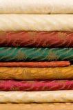 Pilha de telas de seda impressas Imagens de Stock