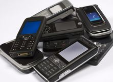 Pilha de telefones móveis Fotografia de Stock Royalty Free