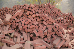 Pilha de tijolos feitos a mão velhos Fotografia de Stock
