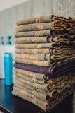 Pilha de toalhas de banho no close up de madeira do fundo foto de stock royalty free