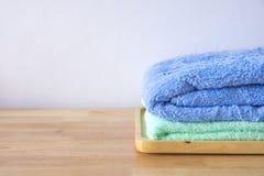 Pilha de toalhas de banho no fundo de madeira claro Foto de Stock