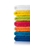 Pilha de toalhas coloridas isoladas no fundo branco Imagem de Stock