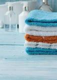 Pilha de toalhas coloridas na tabela Fotografia de Stock