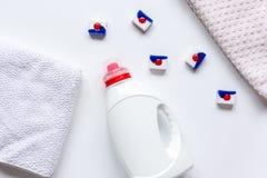 Pilha de toalhas de banho com a garrafa detergente na opinião superior do fundo da luz da lavanderia fotos de stock