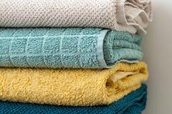 Pilha de toalhas de banho dobradas do algodão, close up Foto de Stock Royalty Free