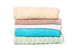 Pilha de toalhas isoladas no fundo branco fotografia de stock royalty free