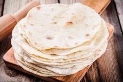 Pilha de tortilhas caseiros do trigo fotografia de stock royalty free