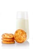Pilha de três cookies de manteiga caseiros do amendoim, de única cookie e de vidro do leite Imagem de Stock